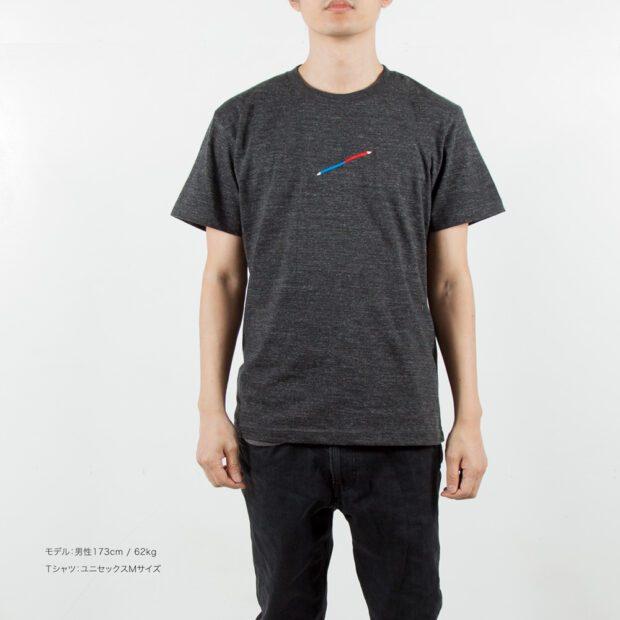 赤青鉛筆刺繍Tシャツ男性モデル正面