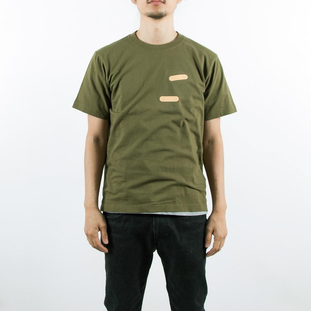 絆創膏Tシャツ男性モデル正面