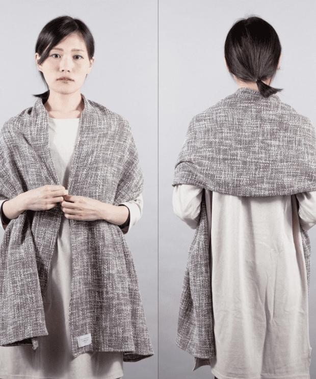 ざっくり編み トリコロールミックス ストール 女性モデル正面うしろ