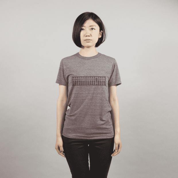 そろばんTシャツ女性モデル正面