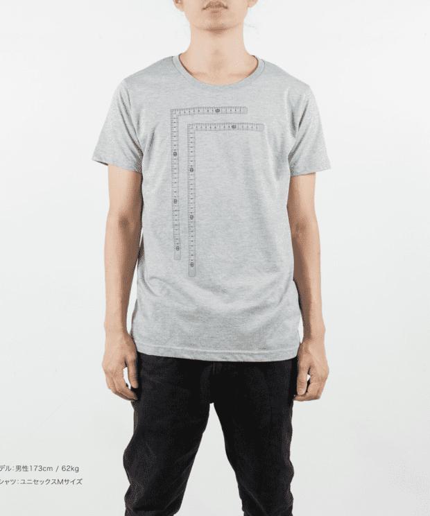 直角定規 おもしろTシャツ 男性モデル正面