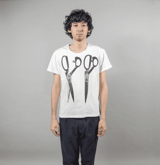 はさみ デザイン Tシャツ 男性モデル正面