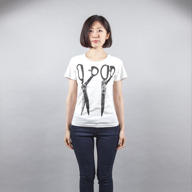 はさみ デザイン Tシャツ 女性モデル正面
