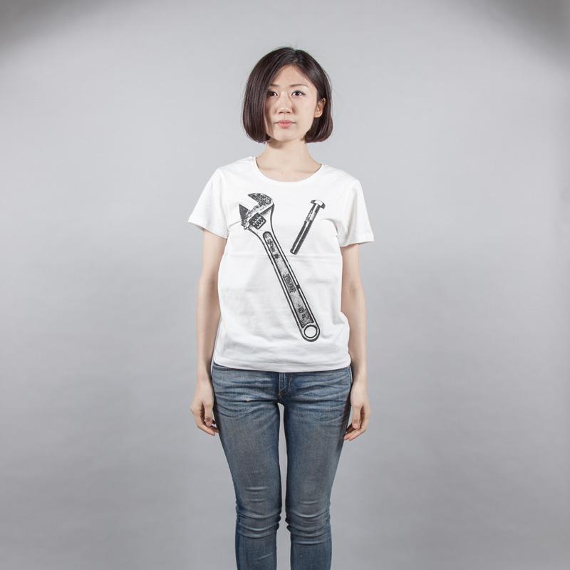 スパナー+ボルト デザインTシャツ 女性モデル正面