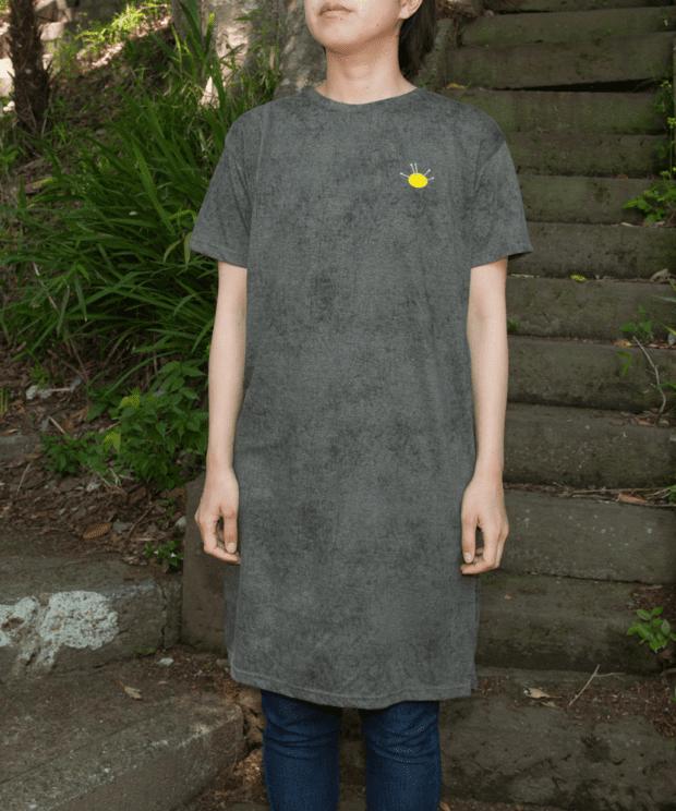 まち針刺繍バックラグランブラックレインワンピース女性モデル正面
